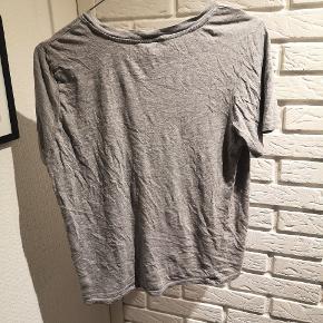Sælger denne fine grå t-shirt med skrift fra Monki i str. XS. Den ret brugt en smule og skriften er ik så nem at se og andre brugsspor kan forekomme.