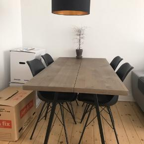 Flot og stilrent plankebord, med to brede planker i mørk eg. Bordet er ikke engang et år gammelt, og bliver kun solgt grundet køb af større lejlighed. Ingen ridser, pletter eller andre skader. Står stadig som nyt!  L:160 B:80  Skriv for mere info :-)