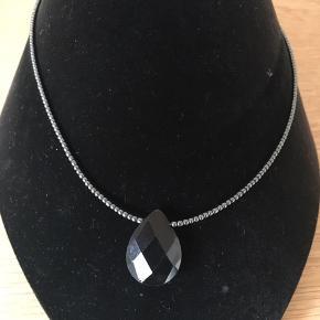 Halskæde små blodstens perler ned et dråbeformet sort onyx faset slebet længde ca 42 cm låsen er 925 sølv