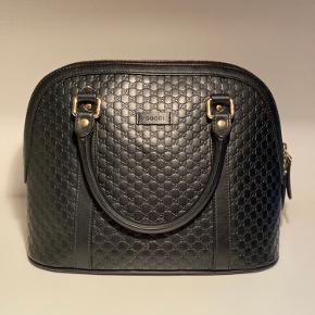 Jeg sælger denne Gucci taske, som er købt i 2017. Der medfølger kvittering. Standen er rigtig god! Der er en lille plet inde i forret, som jeg ikke kan få af.   Varenummer: 449663_BMJ1G-1000  Dybde cm: 15 Højde cm: 23 Bredde cm: 34  Der ligger flere billeder nede i kommentarfeltet!