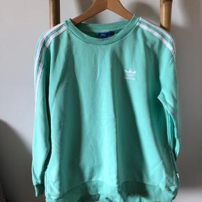 Der er nogle små pletter bagpå blusen, kan ses på billede, man lægger dog ikke så meget mærke til dem, når blusen er på.