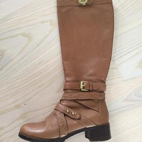 Varetype: Støvler Farve: Cognac Oprindelig købspris: 6500 kr.