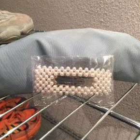 Perle hårspænde fra Sui Ava. Hvide perler, og vintage sølv. Ubrugt/åbnet. NP var 90 kr.