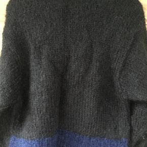 Sweater i uld/mohair håndstrikket. Stort set som ny. Længde 60 bredde 50. Kom med et bud.