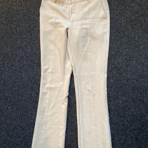 Beige farvet neo noir bukser, fitter godt og lige bukseben