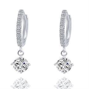 Super flotte øreringe creoler i sølv med similisten samt vedhæng med rhinesten Nypris: 149,-