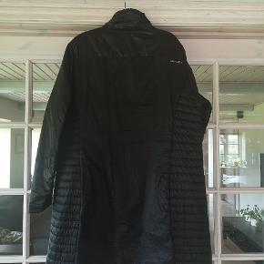 """Næsten ny jakke, købt hos Ellis, mærket er Ahkka str. 50. Jeg syntes det er en dejlig let jakke. Den holder kulden ude, selvom den er """"tynd"""" Den har 2 bitte små huller på bryste, da jeg har haft 2 pins fra Knæk cancer på.   Byd!"""