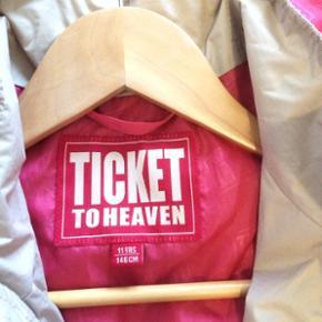 Ticket to heaven , vind jakke forår sommer, næsten ikke brugt , sandfarvet og pink foer, aftagelig hætte, meget lækker kvalitet. (Nypris 600kr) købt i Magasin.