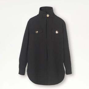 By Malene Birger bluse sælges. Brugt 1 gang. Nypris 2999 kr.   Modtager gerne bud, såfremt det ikke er langt fra prisen.