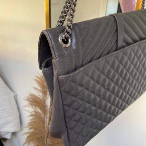 """Super lækker taske sælges. Den er """"god men brugt""""  Lækker grå farve. Kan farves sort, hvis dette ønskes.  Er købt igennem Vestiaire. Dustbag og kvitt fra Vestiaire medfølger.   Bytter ikke ✨ har ikke travlt med at sælge tasken og derfor er prisen rimelig fast. Respekter gerne dette!"""