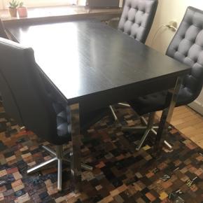 Flot spisebord som har den helt rigtige størrelse til en lejlighed som ikke er for stor.  Meget velholdt, og brugt meget lidt, derfor minimale brugsspor. Eneste brugsspor er mindre hak i hjørnet på bordet, som ikke er til at se medmindre man kigger efter det.  Både bord og stole med stålben.
