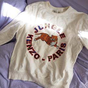 Jungle KENZOxH&M sweatshirt med Tiger logo foran.  Str L.  Sidder oversize på en str 36/38.