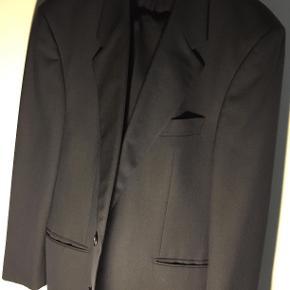 Hej! Jeg sælger dette fine Baumler Avantgarde jakkesæt, da det ikke bliver brugt, efter den ene gang det blev brugt, til en barnedåb. Sættet fejler intet, og har ingen mærker/huller eller andet på det. Det er en størrelse 27.  Habitten: Habitten er meget flot og blød at have på, den har en længde på 83 cm, og en længde fra skulder til ærme på 53 cm.  Bukserne: Bukserne passer perfekt til habitten, som de nu skal. De har en længde på 100 cm, hvor den indvendige benlængde er 75 cm.  Nypris på sættet var på 2750,00 kr. desværre ingen kvittering. Jeg sælger det til 375 kr. Sættet kan sendes, hvor det vil blive forsigtigt pakket ind, så der ikke sker noget med det. Man er også velkommen til at komme forbi og prøve sættet, for at se om det er noget der er interessant, og sidder som det skal!  Hvis der er nogle spørgsmål til sættet, så spørg løs og jeg svarer hurtigst muligt!  Tjek gerne mine andre annoncer ud for en masse billige ting!