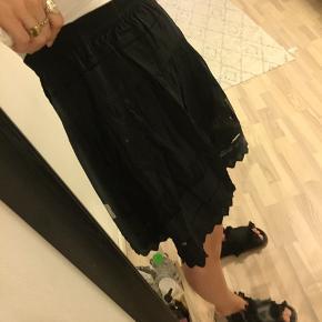 Sælger denne mega fine nederdel fra Designers Remix. Har de fineste detaljer på og sælges og kun da den er for stor til mig.  Brugt meget få gange og fremstår stortset som ny.   Byd gerne:)   #30dayssellout