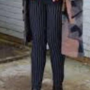 Lækre bukser med elastik forneden ved fod - navy med smal hvid stribe