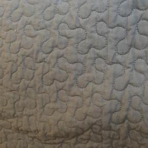 Varetype: Sengetæppe Størrelse: Længde 280 cm, bredde 260 Farve: Grå Oprindelig købspris: 600 kr.  Lækkert tykt koksgråt sengetæppe.