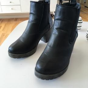 Sorte skindstøvler fra B&CO str 39, brugt 2 gange, så står som nye. (Nypris 500) Mp 200 kr pp med dao🌺🌺