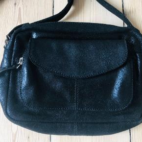 Flot taske i metallic skind. Aldrig brugt!  Mål: 23*15*5 cm. Skulderrem 111-123 cm.   Bytter ikke!