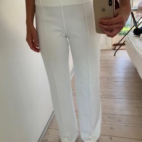 Fine lange hvide bukser, har fået dem syet lidt ind i taljen så passes af en M-L