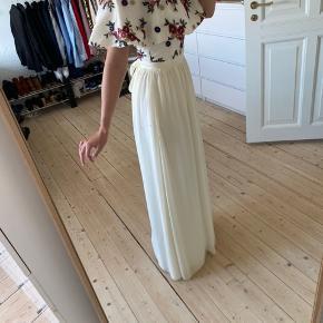 Smuk lang kjole med fine detaljer. Sidder flot på kroppen! Aldrig brugt, kun prøvet på.