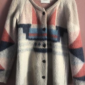 Smuk uldstrik fra Maison Scotch. Den er i rigtig fin stand og dejlig varm. Perfekt overgangstrøje. Passer også str L