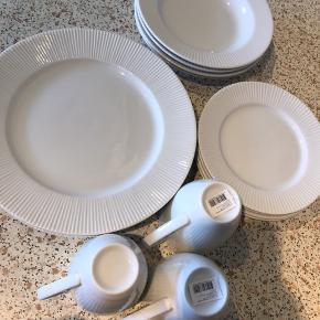 Aida Groovy porcelænsstel sælges samlet. Der er 4 frokost tallerkner, 4 middags tallerkner, 4 dybe tallerkner og (OBS) kun 3 krus - derfor sælges hele sættet billigt.