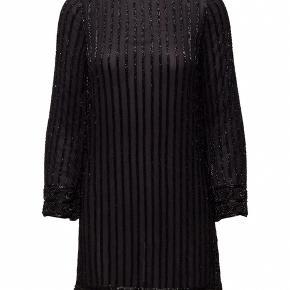 Fineste gallakjole fra Ganni !!  Kjolen er mørkeblå med sorte perler - perfekt til galla 🥂  NP: 2300  Kun brugt 1 aften!   Skriv endelig hvis du har spørgsmål eller øsnker flere billeder 📩