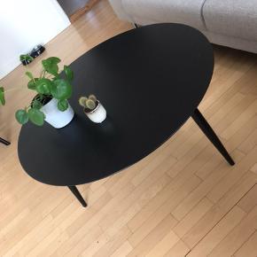 Stort sort Sofabord fra ILVA. Sælges grundet flytning. Små ridser ellers som nyt. Diameter 90 cm. Højde 45 cm. Normalpris 2199 kr
