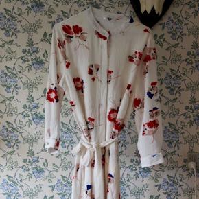 Smuk kjole/tunika fra RUDE. Kan bruges til alle str. alt efter hvilket look man går efter (er selv en s/m). Har bindebånd i taljen.
