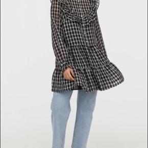 Sælger den populære ternede og udsolgte kjole fra H&M. Str XS, men kan også passes af small. Kun brugt og vasket 1 gang