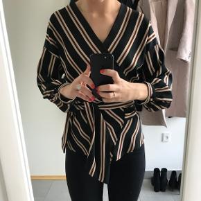 Slå om skjorte/bluse fra zara. Er kun brugt 2 gange og derfor sælges den. Meget flatterende fit. Str xs, kan passes af en s.
