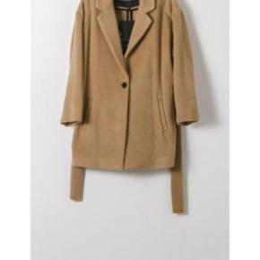 Designers remix jakke i 60% uld - 28% mohair og 12% polyamide. i farven muldvarp. Nypris 2000 kr