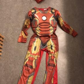 Ironman kostume i lækker kvalitet. Str 128. Kun brugt lidt, men har en overflade skramme i masken.