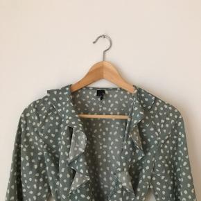 Vero moda kjole i str m. Brugt, men fremstår pæn.  Jeg tager ikke billeder med tøjet på! Kan afhentes i Ørestad eller sendes på købers regning.