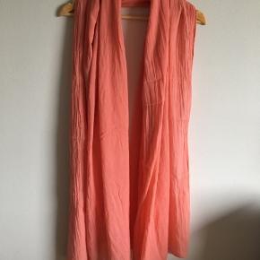 Flot tørklæde i ferskenfarve fra Saint Tropez. Pris: 50 kr.