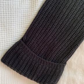 Sort, tyk sweater fra Gina Tricot med fin detalje på ærmerne.  Byd gerne!