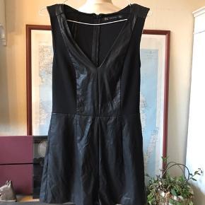 Kort buksedragt med lynlås i ryg. Fake læder.   Se også mine andre annoncer - giver mængderabat (: