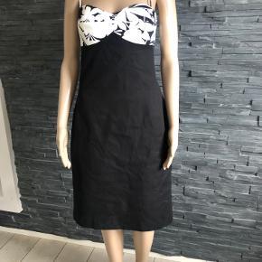 Super lækker luksus kjole.  Brugt 1 gang.  Størrelsen er en 10 Bryst 92 cm  Længde fra skulderstrop og ned  100 cm