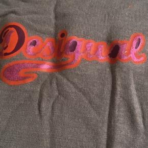 Fin farverig T-shirt fra mærket Desigual i lækker blød bomuld. Som ny da den kun har været på 1 gang. Købt for 349kr Din pris 150kr