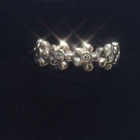 Hvidguld med diamanter.  Mangler 2 sten.  Sælges derfor billigt. Kr 3000,- Str 52