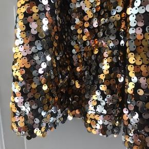 Fantastisk palliet nederdel med sort elastikkant fra Stella Nova. Modellen hedder Zenia. 💫✨  Aldrig brugt stadig med hangtag.  Skriv gerne hvis du ønsker mål 📏✏️