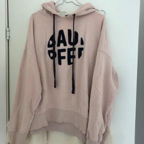 Lyserød hoodie / sweatshirt fra Baum und pferdgarten Størrelsen er medium, den er oversize så fitter både small og large ligeledes 🌟 Det eneste slid er nederst til venstre ved syningen (se min anden annonce), ellers i flot stand