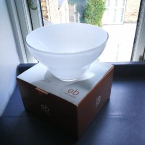 Erik Bagger hvid glas skål str. medium. (Ø 20cm) Aldrig brugt, emballage medfølger.