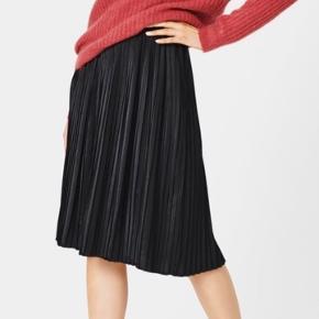 Loulou pleat skirt fra Moss Copenhagen i str. S. Sort. Nypris 380kr.