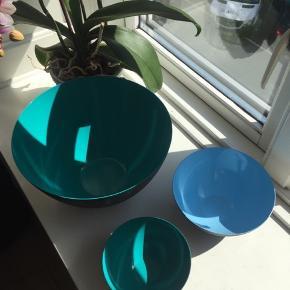 Størrelser:  Ø: 25 cm x H: 14 cm (turkis/sort) Ø: 16 cm x H: 7,1 cm (lyseblå/sort) Ø: 12,5 cm x H: 5,9 cm (turkis/sort)  Krenitskåle sælges, da jeg har fået nogle andre, som jeg bruger i stedet. Malingen indeni skålene er i fin stand, og de er kun vasket op i hånden, som det anbefales fra producenten.   Sælges samlet for 500 kr. eller spørg for individuelle priser.  Bytter ikke. Ønskes TS-handel betaler køber gebyrerne.