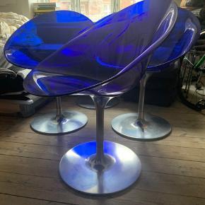 Sælger disse 4 Eros Chair i blå designet af Philippe Starck for Kartell. Stolene har diverse små skrammer, men fungerer upåklageligt. Stolene koster 1000 pr stk og har kostet cirka 4500 kr fra ny pr stk.