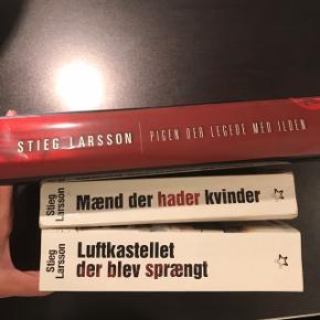 """Stieg Larsson """"Millenium-trilogien"""" (Mænd Der Hader Kvinder + Pigen Der Legede Med Ilden + Luftkastellet Der Blev Sprængt) - to paperback og en indbundet.  Sælges samlet - prisen er for dem alle tre.  Afhentes ved Nordhavn Station eller sendes på købers regning."""