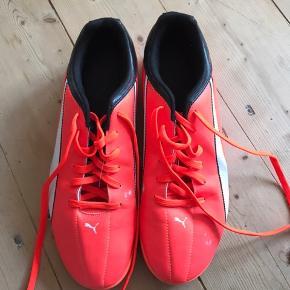 Indendørs Puma Adreno fodboldstøvler.  Neon orange med sorte og hvide detaljer. Er fine intakte indvendigt, men har lidt brugsspor udvendigt fra boldene.