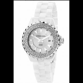 Sælger dette Crystalia CEC 5WS5 ur fra Dyrberg/Kerrn. Uret er lavet i hvid keramik og rustfrit stål med påsatte Swarovski sten. Helt ubrugt. Rigtigt pris 2199 kr. Jeg fik det til min fødselsdag, derfor haves kvittering ikke. Fastpris.