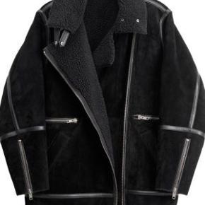 Jeg sælger den populære H&M Studio shearling jacket fra AW14, der blev revet væk. Meget lækker kvalitet og mange fine detaljer med flere lommer. Den er i str Xs, men den er oversize i str og passer derfor også str small, som jeg er. Den har hængt i skabet, er kun brugt få gange, så den er uden slid, dog har selve stroppen til at hænge jakken op på knage sluppet i den ene side, men det vil være nemt at sy, hvis man er interesseret i at kunne hænge den op og ikke kun på bøjle. Jakken vil være tung at sende, da det er ægte skind, men gør det gerne på købers regning. Den befinder sig på Islands Brygge.